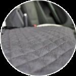 Тканевая основа не скользит на сидениях, меховая накидка держится качественно